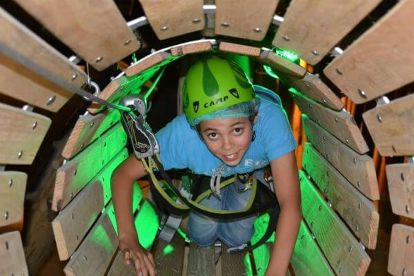 Kind aan het klimmen bij Coronel Adventure   Coronel = FUN